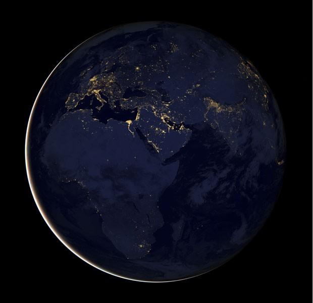 Imagen registrada por satélite da Nasa mostra a Terra durante a noite (Foto: NASA Earth Observatory/Reuters)