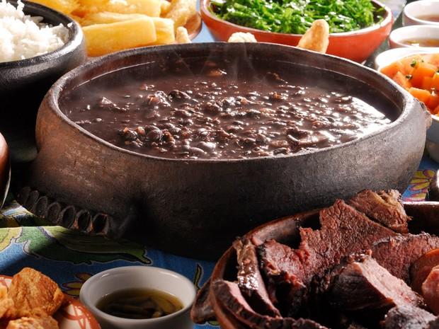 A feijoada é acompanhada de carnes, arroz, mandioca e outros pratos no restaurante Feijoada da Bia (Foto: Mauro Holanda / Divulgação)