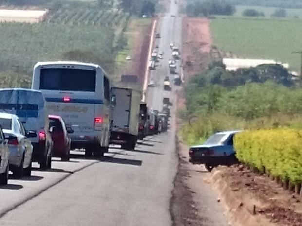 No local do acidente, o trânsito ainda é intenso na manhã desta terça-feira  (Foto: Alan Schneider/ G1)
