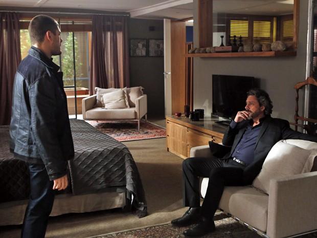 O Comendador ainda diz que o filho terá que usar terno e gravata  (Foto: Artur Meninea/TV Globo)