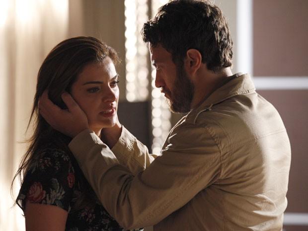 Elisa não aceita, mas Rodrigo a consola (Foto: Amor Eterno Amor / TV Globo)
