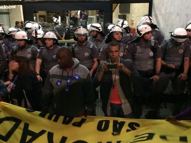 PM bloqueia acesso ao prédio da Presidência da República em Sâo Paulo (Foto: Roney Domingos/G1)