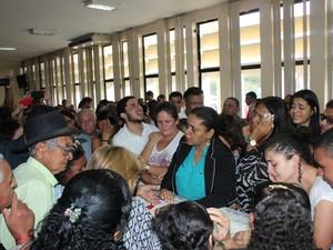 Vereadora Cristina Costa ficou ao lado do caixão  (Foto: Amanda Franco/G1)