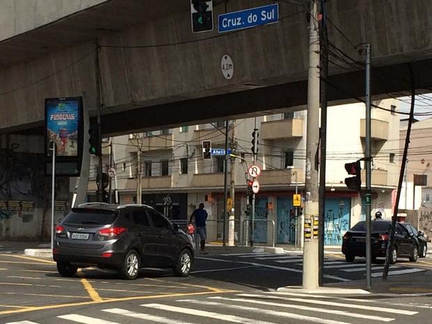 No cruzamento com a Avenida Ataliba Leonel, não há sinais quem utiliza o canteiro central da Cruzeiro do Sul, entre Santana e Ipiranga (Foto: Vivian Reis/G1)