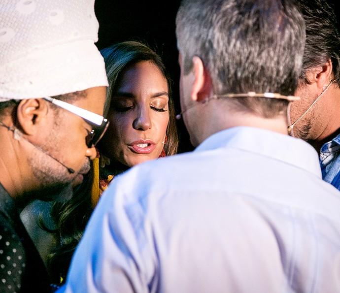 Antes de entrar no palco, os técnicos fizeram uma oração!  (Foto: Isabella Pinheiro / Gshow)