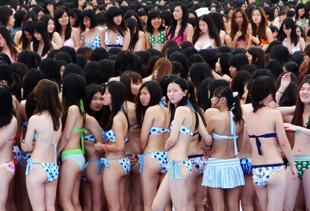 """Multidão se juntou para celebrar o dia de """"li xia"""", que marca o início do verão (Foto: AFP)"""