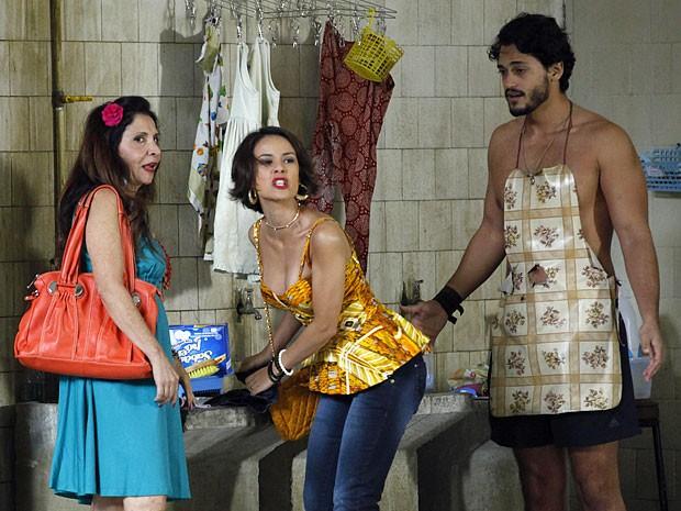 Valéria assume o tanque para mostrar que Josué é dela (Foto: Amor Eterno Amor/TV Globo)