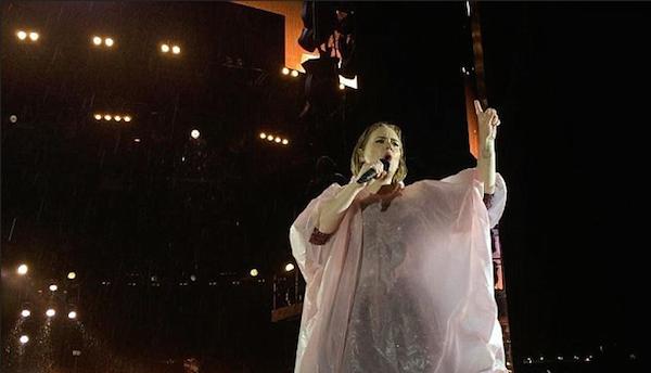 A cantora Adele protegida com uma capa de chuva durante show na Nova Zelândia (Foto: Instagram)