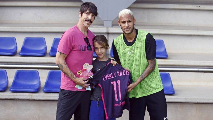 BLOG: Neymar recebe visita de  vocalista do Red Hot Chili Peppers no treino do Barça