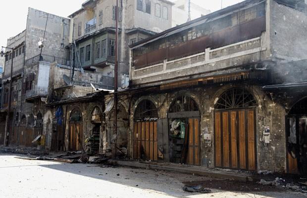 Foto tirada em 27 de setembro mostra lojas e edifícios danificados em Aleppo devido aos confrontos entre rebeldes e o exército sírio (Foto: Miguel Medina/AFP)