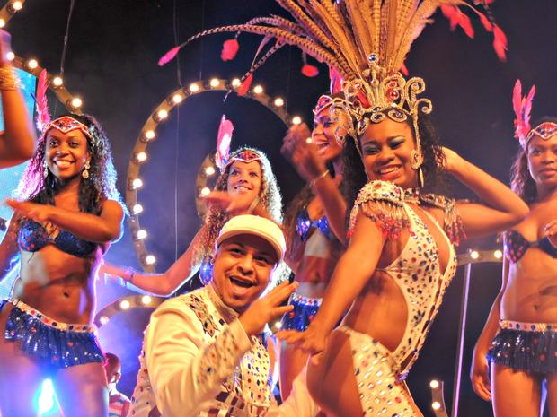 Destaques da escola União da Vila do IAPI participaram de gravação do clipe do carnaval 2014 (Foto: Daniela Kalicheski/G1)