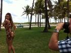 De vestido justinho, Andressa Urach posa novamente nas ruas de Miami