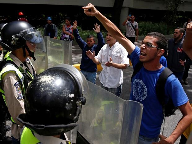 Nos últimos dias, houve diversos confrontos entre manifestantes e a polícia (Foto: Reuters/Carlos Garcia Rawlins)