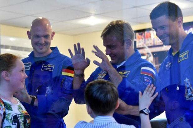 Da esquerda para a direita: o astronauta alemão Alexander Gerst, o cosmonauta russo Maxim Suraev e o astronauta americano Reid  Wiseman (Foto: Kirill Kudryavtsev/AFP)