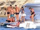 Cristiano Ronaldo exibe físico sarado em iate com amigos na Espanha