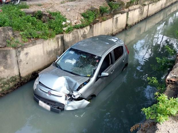 Carro se envolveu em acidente e caiu dentro de canal no bairro do Cordeiro (Foto: Marina Barbosa / G1)