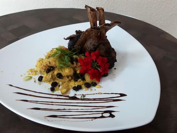 Carré de cordeiro pode ser servido com farofa de banana com as formigas içás  (Foto: Júlia Groppo/G1)