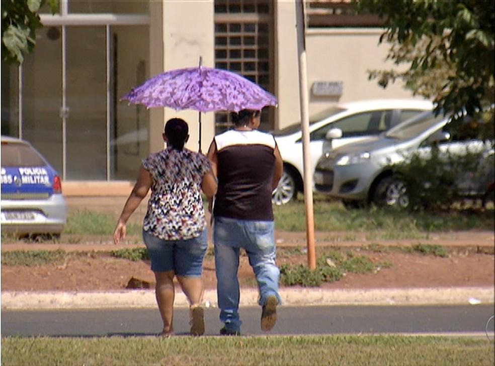 Moradores busca alternativas para fugir do calor (Foto: Reprodução/TV Anhanguera)