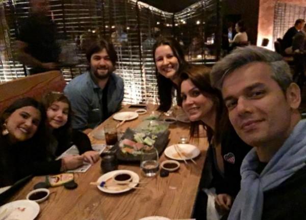 Com amigos num restaurante japonês (Foto: Reprodução/Instagram)