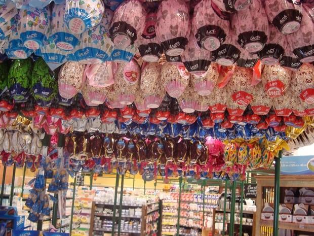 Corredores de ovos de chocolate já estão montados nos mercados de Rio Preto (Foto: Marcos Lavezo/G1)