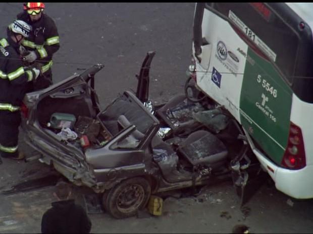SP – 7h: Carro fica destruído após bater em ônibus na Zona Leste de SP