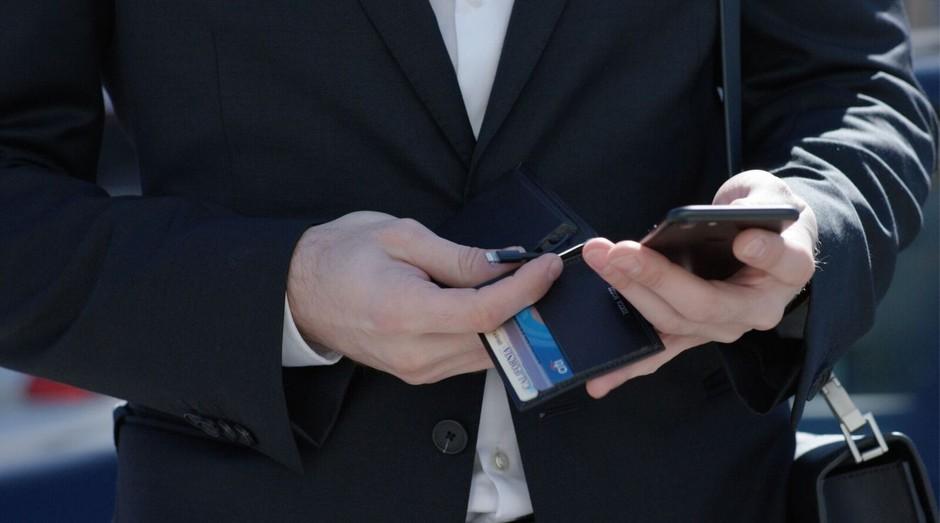A carteira da Lucca Bozzi tem bateria recarregável e tracker para localiação (Foto: Divulgação)
