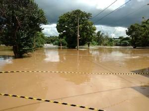 Acúmulo de água interditou via, em Salto (Foto: Fernando Bellon/ TV TEM)