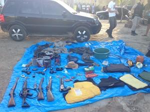 Entre material apreendido com PM estavam armas de cano longo e explosivos (Foto: Divulgação/PMPB)