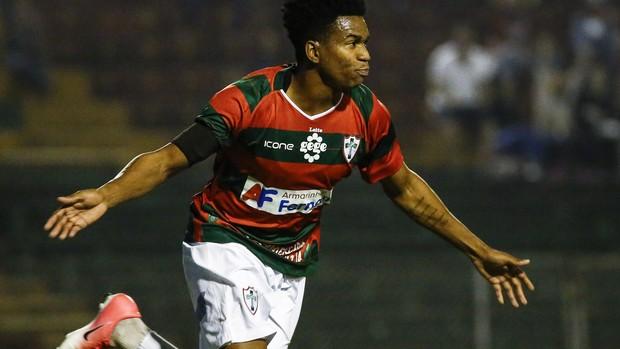 Fernandinho comemora gol da Portuguesa sobre o Bangu