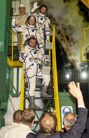 De baixo para cima, Maxim Suraev (Rússia), Reid Wiseman (EUA), e Alexander Gerst (Alemanha) (Foto: Divulgação/Nasa/Joel Kowsky)