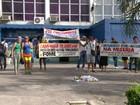 Servidores de São João de Meriti, RJ, protestam contra atraso nos salários