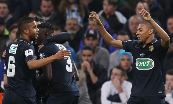 Jorge comemora com Kylian Mbappe Lotti o gol do Monaco (Foto: VALERY HACHE / AFP)