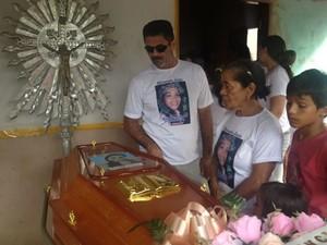 Velório na casa de Raimunda, na tarde desta segunda-feira (28), na comunidade Tabocal (Foto: Luana Leão/G1)