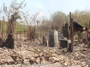 Morador perdeu tudo no incêndio na zona rural (Foto: Juliana Barros/G1)