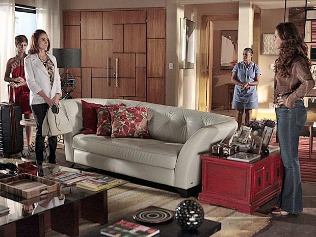 Berna leva Aisha para a casa de Helô (Foto: Salve Jorge/TV Globo)