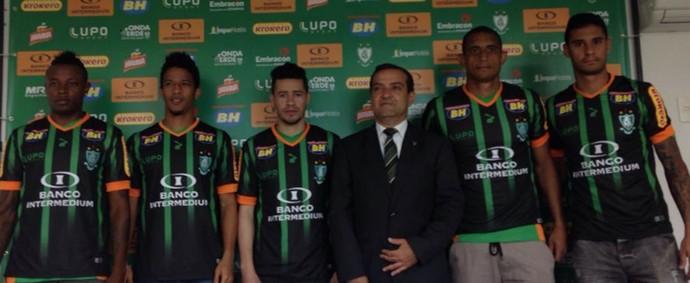 América-MG apresentou os novos jogadores na manhã desta quarta-feira (Foto: Laura Bernardes)