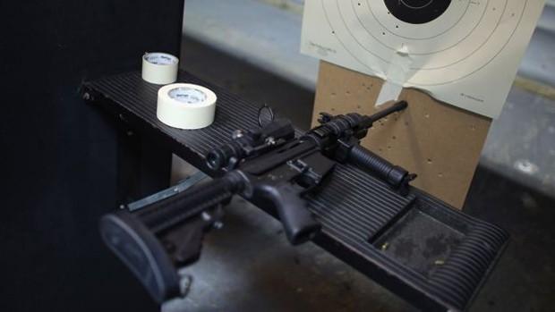 O AR-15 é considerado pela Associação Nacional do Rifle dos EUA como o fuzil 'favorito' no país  (Foto: Joe Raedle)