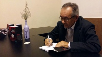William Santos assina livro antes de a confusão ter início (Foto: Divulgação)
