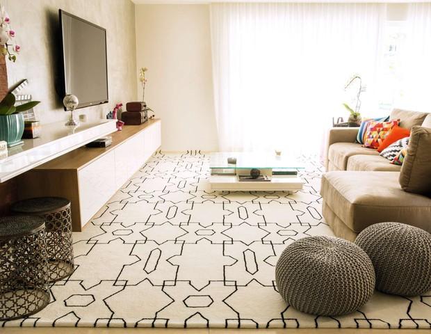A sala de TV recebeu um tapete personalizado e desenhado exclusivamente para a casa pela arquiteta Paula Ambrósio.  O tamanho é  3,50 m x 5,30 m (Foto: Marcelo Tabach/Ed. Globo)