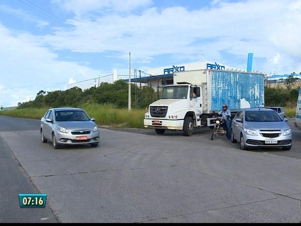 Motorista enfrenta trânsito e péssimas conduções da BR-232 (Foto: TV Globo/Reprodução)