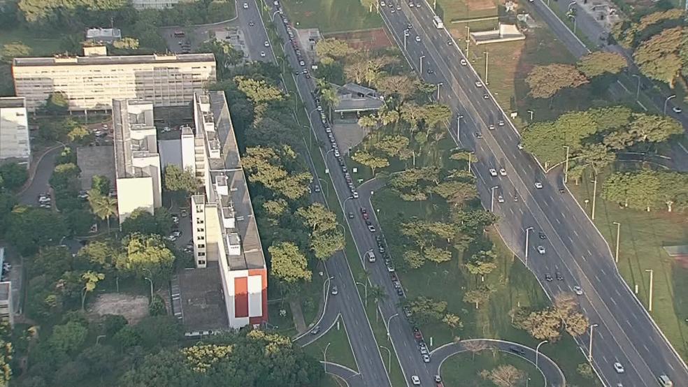 Carros se aglomeram na expectativa de abastecer sem imposto (Foto: TV Globo/Reprodução)