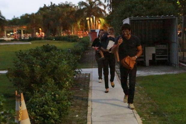 Grazi Massafera com a filha, Sofia, e o namorado (Foto: Dilson Silva / AgNews)