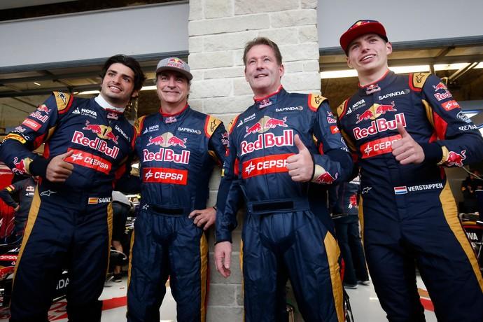 Pais de Carlos Sainz Jr. e Max Verstappen, Carlos Sainz e Jos Verstappen entraram nos carros dos filhos (Foto: Getty Images)
