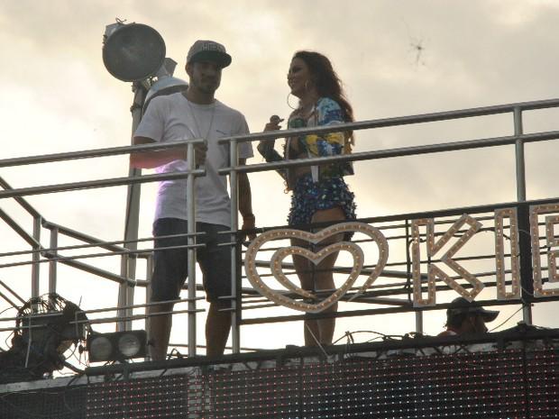 Caio Castro e Letícia cantando com Alinne Rosa em Salvador (Foto: Marcelo Machado/Ag Haack)