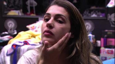 Vivian se prepara para dormir e faz de beleza