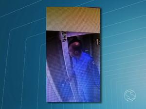 Polícia divulgou imagem do suspeito de roubar R$ 90 mil de cooperativa de crédito (Foto: Reprodução/TV Rio Sul)