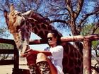 De pernas de fora, Rihanna posa com animais na África