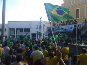 Manifestantes se reuniram na Praça Edvaldo Motta, em Patos (Foto: Felipe Valentim/TV Paraíba)