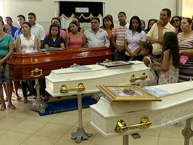 Família foi velada em uma igreja evangélica de Palmas, após acidente na BR-153 (Foto: Reprodução/TV Anhanguera)