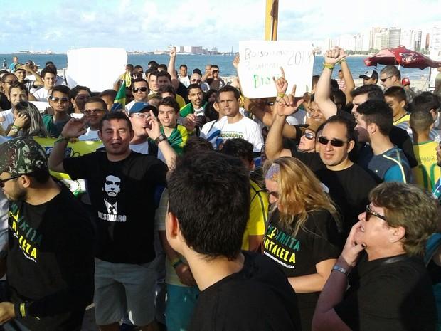 Ato em apoio ao deputado Jair Bolsonaro reuniu cerca de 200 pessoas, segundo os manifestantes (Foto: Alessando Torres/TV Globo)